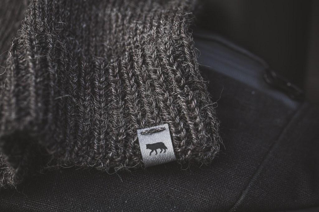 black wolf czapka